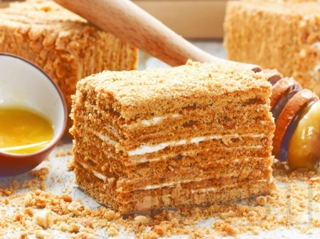 Торта Медовик - класичекса руска торта с много блатове, меден и сметанов крем - снимка на рецептата